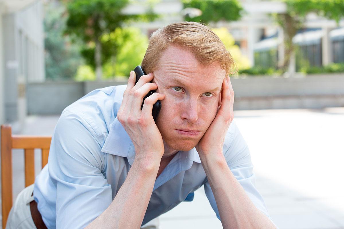 Utålmodig mann i telefonkø